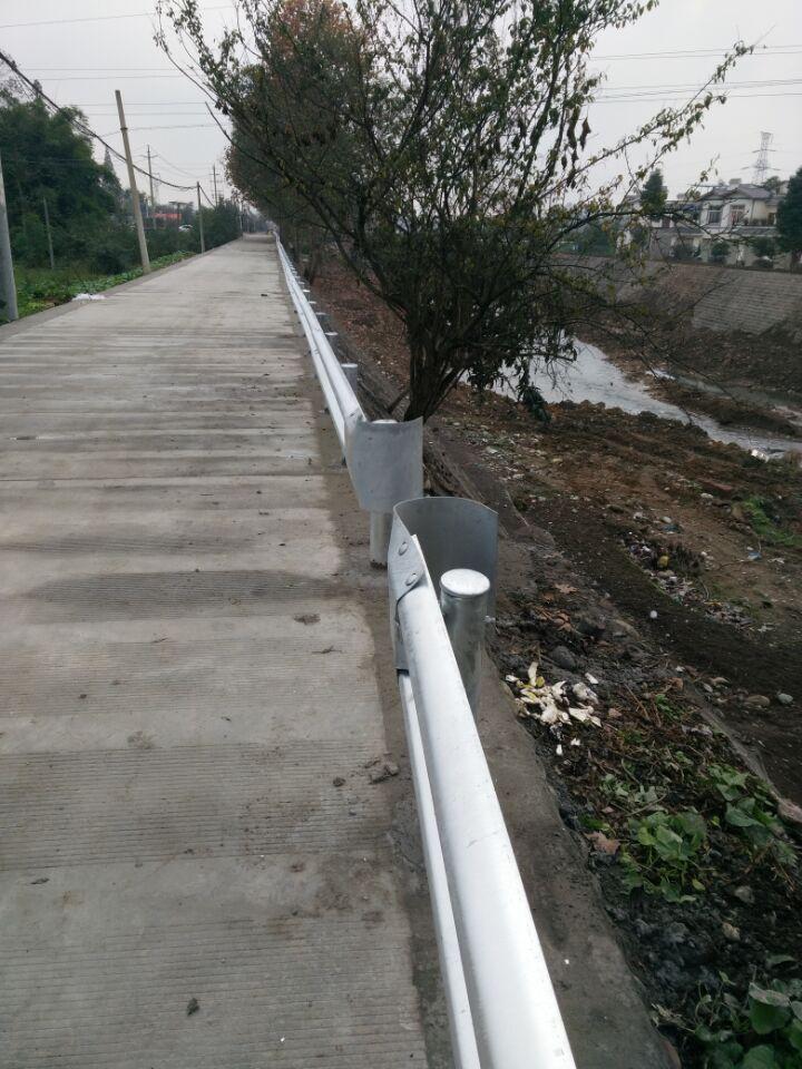 某县农村公路安全波形护栏工程