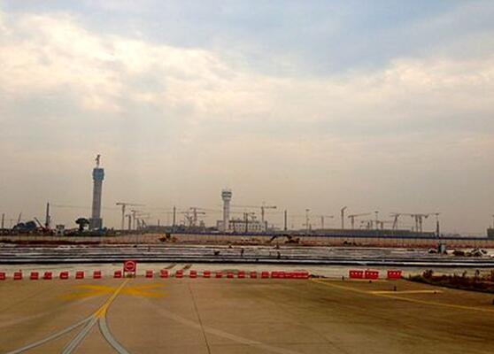 武汉天河机场三期扩建工程主进场路波形护栏工程案例图