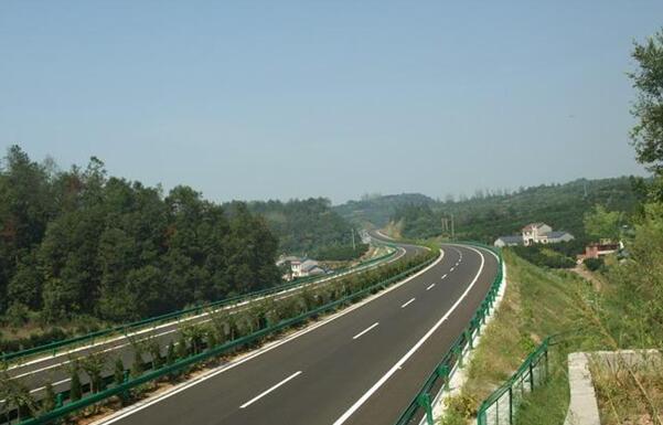 湖北省宜昌至巴东(鄂渝界)高速公路建设波形护栏工程案例图
